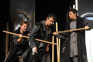 Ágoston Péter, Vranyecz Artúr és Rózsa Krisztián a Novemberi éj című előadásban (Fotó: Máthé András)