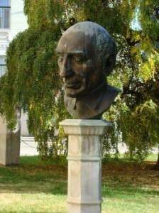 Téry Árpád szobra a Csokonai Színház előtt